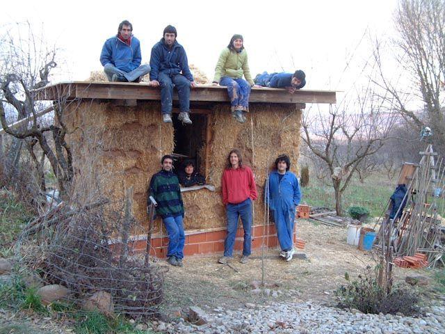 Lo conseguimos... muros y el tejado con plástico en 5 días. ¡cuanto trabajo!
